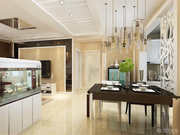 过道吊顶使用石膏板拉缝做装饰。餐区和客餐厅用水族箱做装饰。