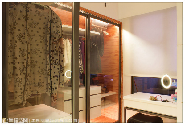 因应屋主需求,以订制玻璃拉门作为衣柜门片,柜内带有特殊色泽纹理的苹果木,在灯光的衬托下,展现出晶莹亮丽的细腻美感。
