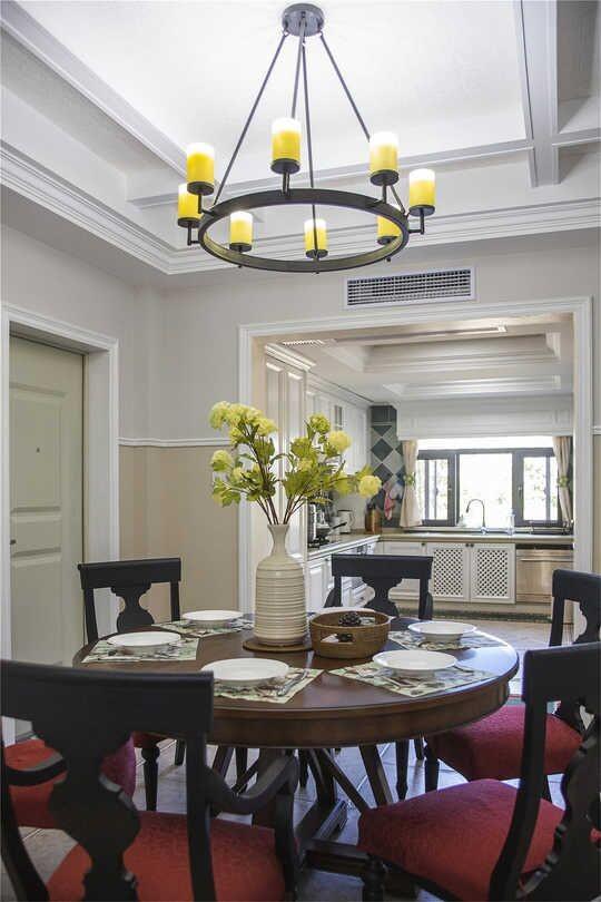 吊顶线条清晰,灯光明朗,桌椅质感强,配饰精致,打造了舒适的用餐氛围!