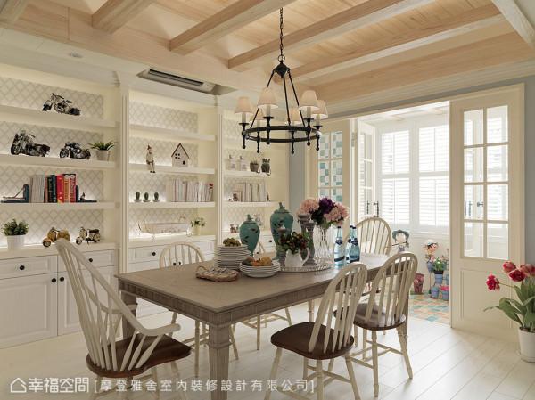 兼具书房机能的餐厅是家人凝聚之地,王思文&汪忠锭设计师连同阳台一并纳入设计规划,打造如同欧式庭园般的日光小筑。