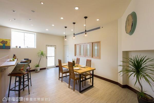 刷白的储藏室门片隐入墙面规划,拉阔出方整轩朗的餐厨区格局。