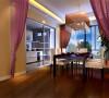 在客厅里小坐  轻松自在,加上简洁精致的饰品点缀,提升空间的品质。客厅散发着温馨亲切的情调,可以尽情享受舒适的生活氛围。营造出宁静  高贵  极致的空间。