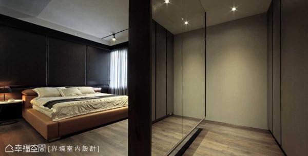 床头铺述一整面咖啡色皮革,营造沈稳内敛的高级饭店质感,悬吊式的电视墙后规划出一方更衣室,区隔空间却能维持轻盈感。