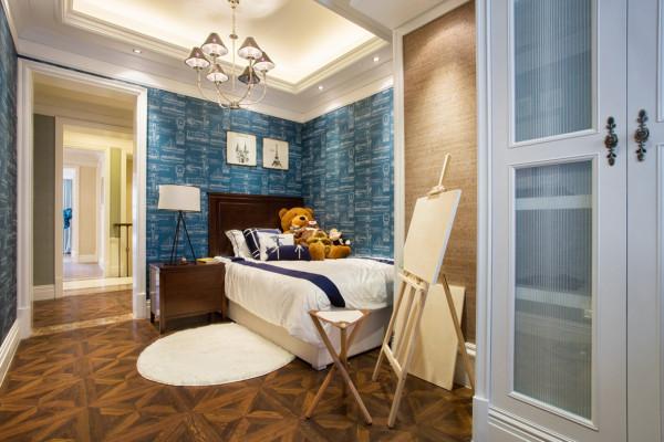 主卧空间开阔,舒适度极好,软装搭配以蓝绿色为主,高贵典雅。女孩房以拉拉队长为主题,球,运动服,拉拉球花……
