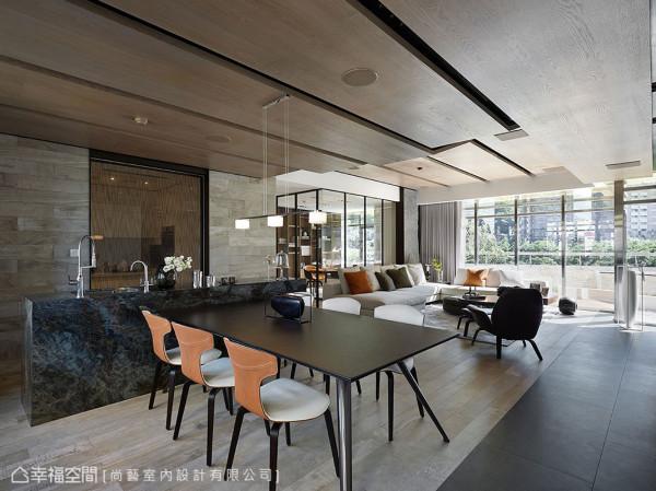 热炒、轻食分类规划的餐厨场域,设计师俞佳宏以T字动线结合餐桌与中岛台面,孔雀石的缤纷湛蓝,吸睛打造视觉亮点。
