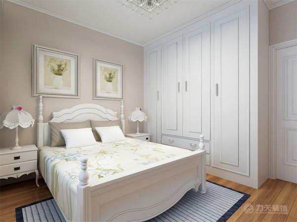 主卧室的空间也较为温馨,顶面做了石膏线造型设计,墙面做了换灰色的乳胶漆处理。双人床以及衣柜都是选择了白色的家具,整洁大方,温馨舒适。