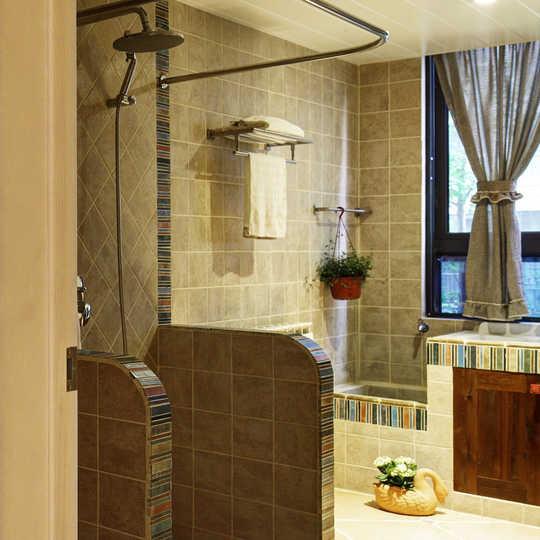 浴室呈现了地中海风情,用砖砌成隔断,防溅水,在格局改造时引入北面自然光,使得卫生间十分亮堂。