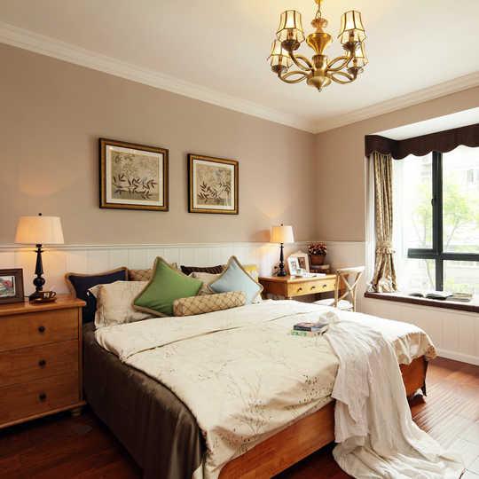 主卧人造光线与自然光线相互配合,让房间变得更加温馨。灯光和窗帘的调节作用功不可没,布艺灯罩与纱帘的添加让光线变得更加柔和。