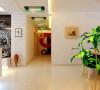 过道简单的装饰效果,简约大方的吊顶,进家门会马上放松,舒适的感觉。使整个空间温馨明快,又符合本案现代简约的主题。