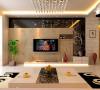 客厅背景墙采用了茶镜,壁纸,石膏板这几个简单材料却打造出了简单时尚的空间,白色的电视柜很好的和空间结合起来,给人既不主张追求高档豪华,而着力表现区别于其他住宅的东西