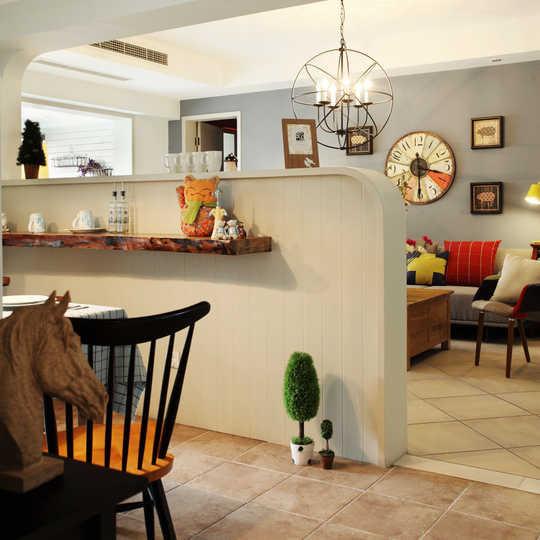 客厅和餐厅中间批了一堵墙,圆弧造型的隔断,充满了地中海风情。