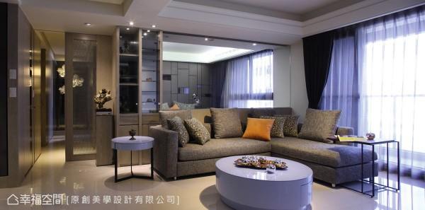 原创美学设计的赖惠敏设计师,舍去原先的实墙隔间,以大面灰玻作为起居室与客厅的界定,创造穿透视觉感,进而达到空间放大的效果。