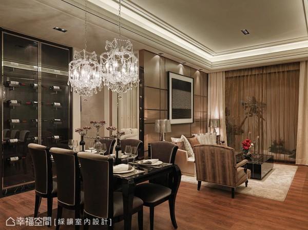 彩韵室内设计在餐厅旁规划一座储酒柜,提供屋主品酒小酌的地方。