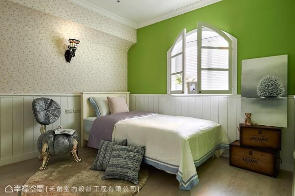 主卧房同样以乡村风为设计主轴,选用活泼的草绿色让场域跳出独特性,再搭配精心选搭的小碎花壁纸与造型壁灯,描绘出可爱梦幻的乡村场景。