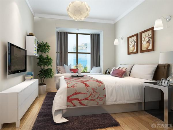 主卧室的设计是根据居住的是一对50多岁的老年人。故在色调的搭配上配有深色的元素,但主体还是一白色为主。呼应了业主对白床白柜子的要求。