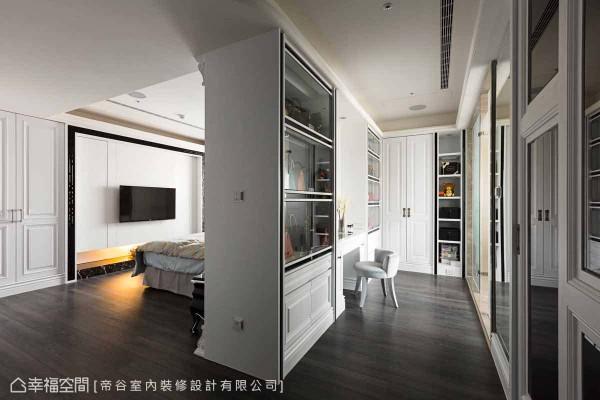 帝谷设计团队利用客变的机会将主卧更衣室扩大,并规划双层柜设计,制造出双倍的折迭衣物摆放空间。另外,两侧衣柜的门面都以拉门的型式,避免外开门片互相干扰的情形。