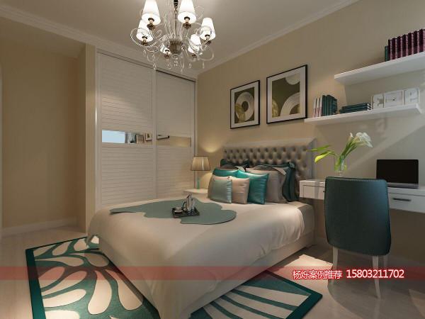 卧室,整个空间以蓝色为主,年轻有不是稳重,衣柜采用嵌入式做法,使得空间看起来更加整体,墙上的横版与装饰画使整个空间看起来更有艺术气息。