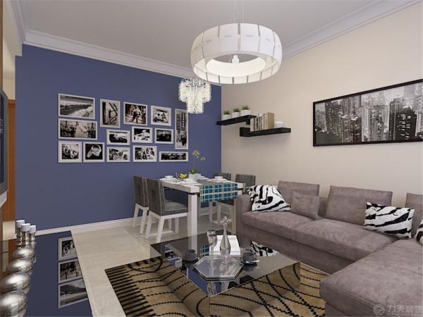 沙发背景墙刷的淡黄色的乳胶漆,电视背景墙贴的深颜色的壁纸,地面铺的浅色的地砖。沙发选择的深色的茶几与沙发后面的画选的都比较前卫。