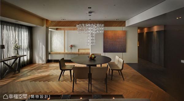 人字拼贴的地坪线条,接续后方架高规划的和室地坪,在垂直面的层迭变化外,亦纳入餐厅视角放大整体空间。