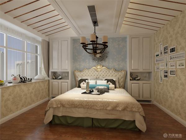 所有的家具都用简化线条美感的的欧式家具,整体感觉让人觉得很舒服。让整体有和谐感。主卧降低了色调,休息区域必须温和,不宜跳跃。