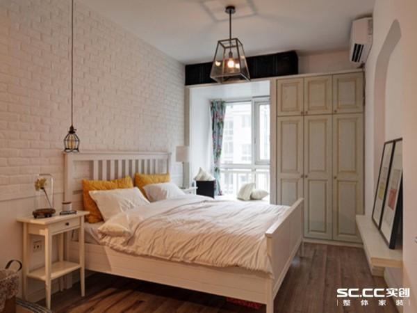 文化砖装修的床头背景墙充满凹凸质感,配上实木地板、床架和床头柜设计,卧室洋溢着一股清新、优雅的田园气息。