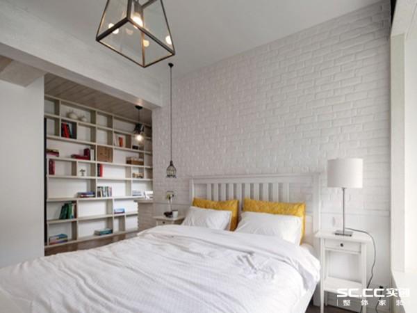 吊顶中央的立体吊灯、白色的台灯和床头的拉长式吊灯能有效地增加卧室的亮度和挑高视觉空间,再加上大面积的窗户采光和纯白色的背景反射光线,空间显得更加敞亮舒适。
