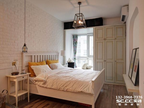 设计 理念文化砖装修的床头背景墙充满凹凸质感,配上实木地板、床架和床头柜设计,卧室洋溢着一股清新、优雅的田园气息。