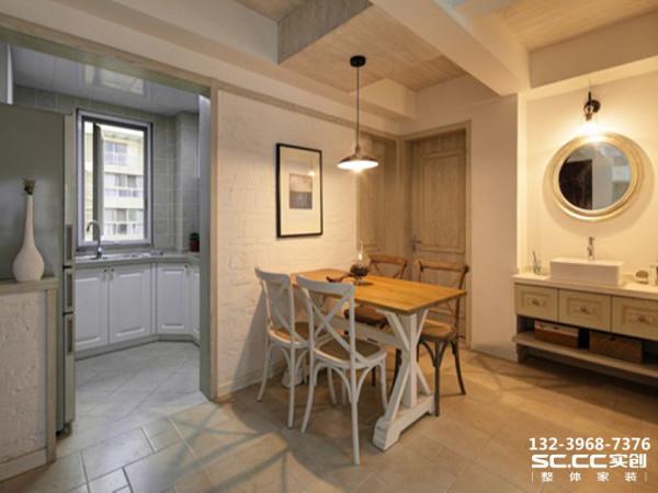 设计 理念黑色的吊灯与白色天花板形成鲜明对比,增加了空间的层次感,其拉长式的设计更起到了挑高空间的视觉效果。