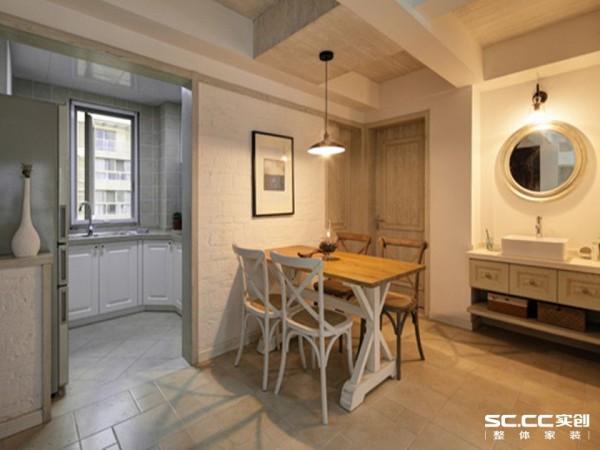 黑色的吊灯与白色天花板形成鲜明对比,增加了空间的层次感,其拉长式的设计更起到了挑高空间的视觉效果。
