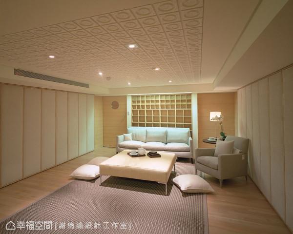 从壁面与天花皆采用吸音棉,地毯同时也具吸音效果,在日式简雅的色系铺排中,尽情享受家庭视听娱乐。