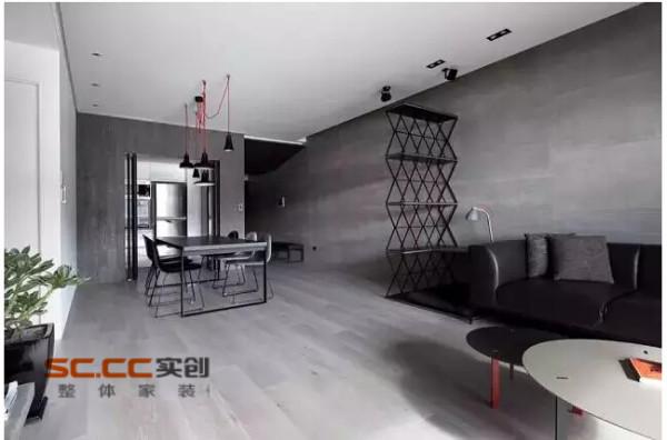 将区分客厅与主卧室的电视墙面以穿透的L型的金属框架作为隔间,在视觉上有了电视墙与天花、墙柱隔开的效果。同时,阳台设置玻璃门也能很好的引入光线。