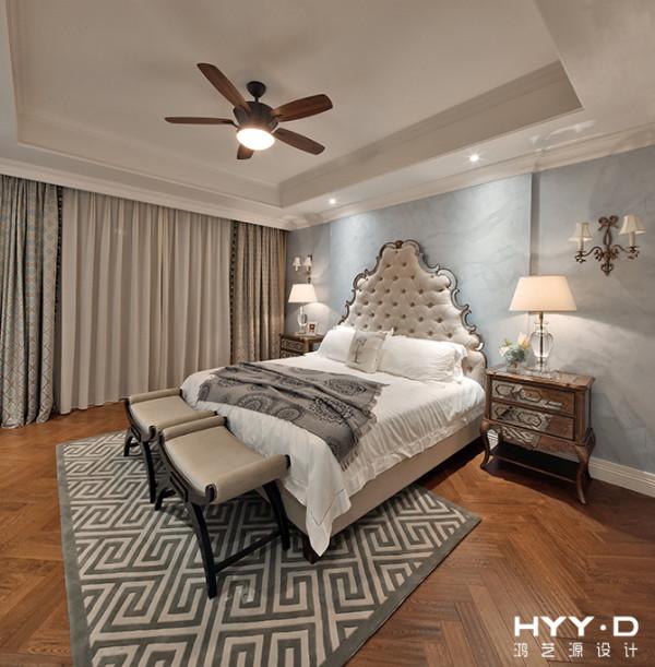 简洁的硬装让家具及饰品成为空间的主角。新古典元素的巧妙植入,再配合深浅有致的色彩,让优雅风韵缓缓浮现。