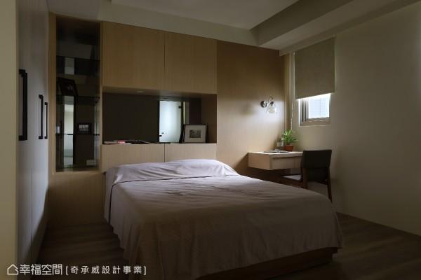 整体空间以简单、舒适为主调,奇承威空间设计更利用镜面与木纹收纳柜的方式,修饰天花上原有的大梁结构。