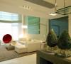 40平方的现代简约客厅 设计理念:白色的简约沙发搭配灰色的地毯凸显时尚的韵律,沙发背景淡淡的绿色挂画让整个空间清新自然。