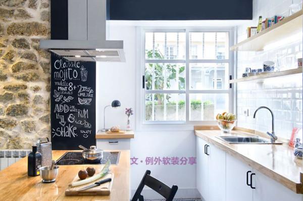 首先设计师在墙面上做足了功夫。利用渐变系墙面,遮盖原有房屋灰暗墙面颜色,卧室软装设计选择简单的马卡龙色系涂料让整间房子焕然一新,你会发现不同的色彩在不同的空间中也能有统一感。