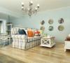 本次的设计风格是地中海风格。客厅墙面是浅蓝色的沙发这一边做了榻榻米地面是地中海风格的地砖。
