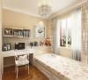 主卧室没有过于复杂的造型,顶面两圈石膏线做装饰,通贴暖色壁纸。