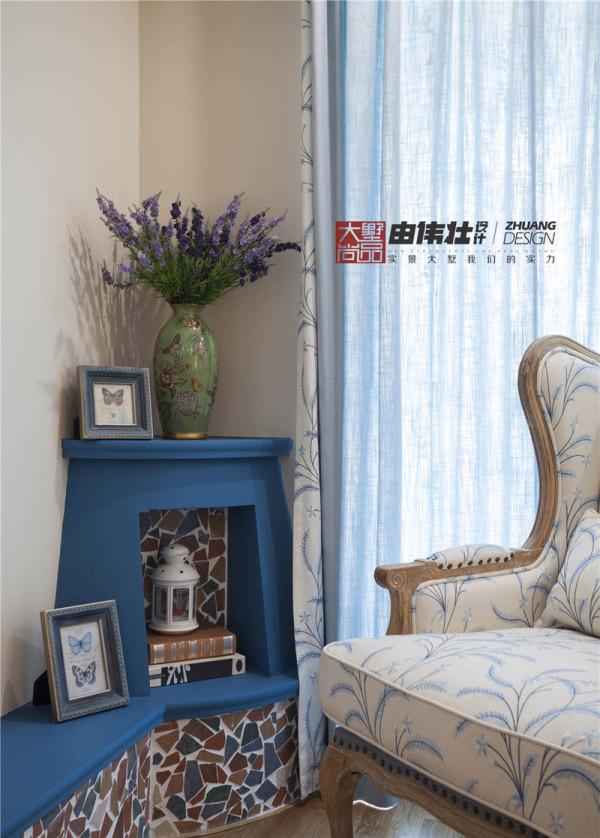 客厅纯色系的简单窗帘不经意的带来小温暖的感觉。强调线条所带来的设计感和造型感。