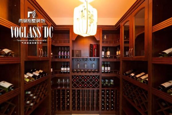 酒窖,这里珍藏着业主从各地淘来的美酒。