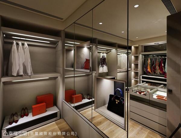 更衣室的机能非常完整,除了摆设服饰、时尚配件,一整片的镜面安排,更方便屋主在出门前得以端详整体造型。
