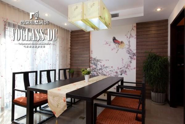 在多宝阁、桌椅的等家具的选用和摆设上,采用对称式的布局方式,格调高雅,造型简朴优美,色彩浓重而成熟。