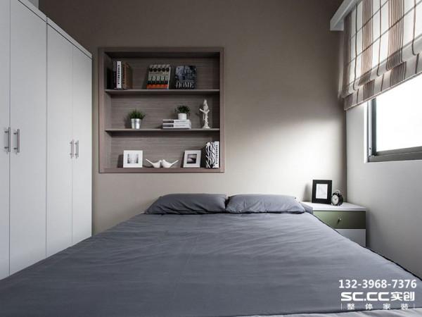 设计 理念延续公共空间灰色调的色系铺陈,营造主卧房的宁静氛围。 主材 说明地板:东洋铭木 墙漆:福乐阁