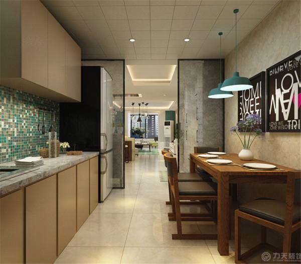 客厅使用浅色大地砖铺装。整个起居室是以暖色为主。