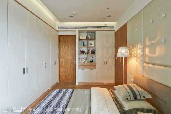 衣物收纳机能规划于空间立面中,大面积的白色选用放大空间也降低收纳柜带来的压迫感。