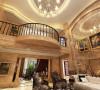 吊顶的装饰造型分层次来展现,走廊的弧线设计,壁砖的雕刻花型,每一处都在凸显着欧式风格的精致与优雅的美感,菱形的镜面设计折射灯光的效果映照室内的色彩,让室内空间彰显出辉煌感。