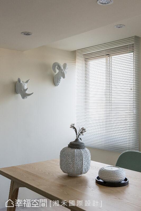 桌上以柔美的花器与蜡烛作为摆设,墙上则成为艺术品的集体创作,将浪漫风尚延伸至餐桌领域。