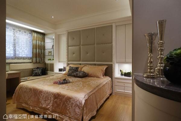 进门处的半高弧形柜,减缓入门的视觉压迫感,而床头背墙的绷皮设计,不仅提升整体质感,同时也避开上方梁体并制造出左右两侧的收纳空间。