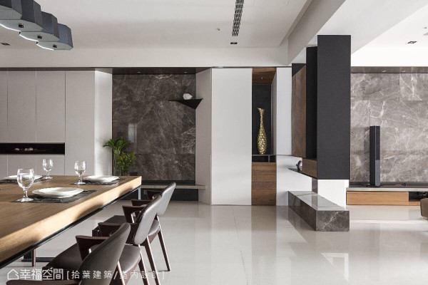 玄关处的整片墙面,串联收纳柜、艺术端景与层板设计的展示空间,巧妙消弭天花的梁柱结构。