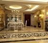 餐厅使用大面积的金色拼接铺满与法式壁炉的完美 结合,让空间表现更加整体且富有内涵,视觉效果更加 的饱满富有装饰的浪漫风情。