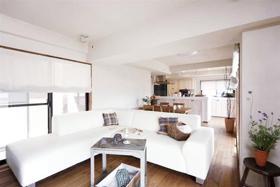 纹理清晰的木质地板,散发出原生态的大自然气息。落地窗,最大限度的吸收了阳光,明亮了整个空间。白色沙发搭配格子抱枕,简单大方。